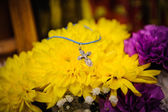 Orthodox cross lies on a background of flowers — Foto de Stock