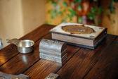 Croix et la bible sur la table en bois — Photo