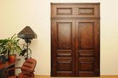 Ombra e lussuoso porta in legno marrone — Foto Stock