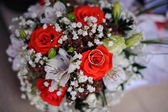 Gold Trauringe auf einen Strauß Rosen — Stockfoto