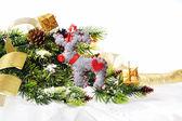 Rama de árbol de navidad con serpentina oro y esfera vintage en fondo blanco aislado — Foto de Stock