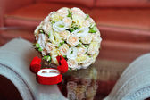 Pair of wedding rings and wedding bouquet — Stok fotoğraf