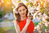 Beautiful girl on a walk among the blooming trees — Stok fotoğraf