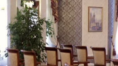 Chairs and decorations in the hall for a wedding ceremony — Vídeo de Stock