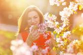Hermosa mujer embarazada en el jardín florido — Foto de Stock