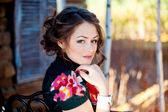 портрет молодой женщины вблизи деревянные стены — Стоковое фото