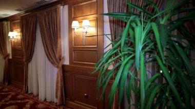 Настенные светильники в лобби отеля — Стоковое видео