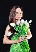 Lente meisje met een boeket van witte tulpen — Stockfoto