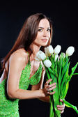 Güzel bir kadın beyaz lale buketi ile — Stok fotoğraf