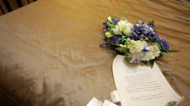 Wedding invitation and beautiful bridal bouquet — Vídeo de Stock