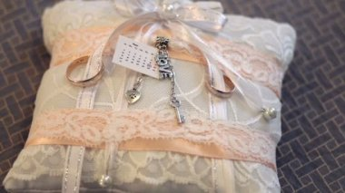 Mooie witte kussen voor trouwringen — Stockvideo