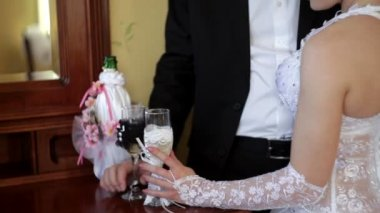 Bride and groom holding champagne glasses — Stock Video