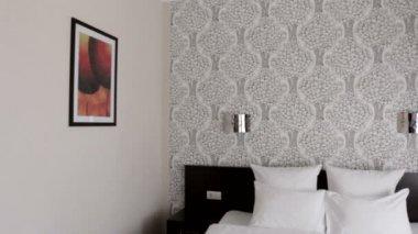 Lindo quarto de hotel com cama de casal — Vídeo stock