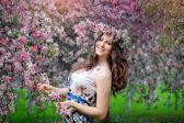 Portret van mooi meisje met krans, lente — Stockfoto
