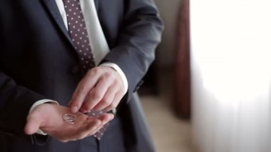 Man holding a gold rings in his hand — Stock Video