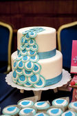 Two-tiered wedding cake with blue ribbons — 图库照片