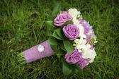 Wedding Bouquet of flowers lying on green grass — Stok fotoğraf