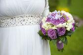 Bouquet da sposa nelle mani della sposa — Foto Stock