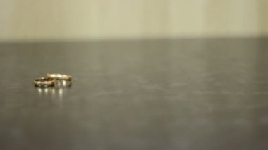 Two beautiful wedding rings lie on a dark background — Stock video