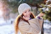 Jonge vrouw op winter in park — Stockfoto