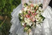 Weißen Brautstrauß der Braut-Betrieb — Stockfoto