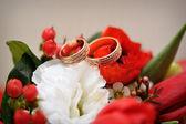 Two beautiful gold rings on wedding bouquet — Stok fotoğraf