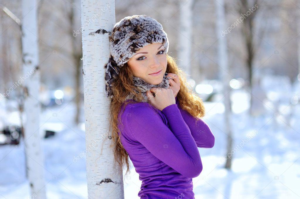 Найти фотки красивой девушки брюнетки зимой