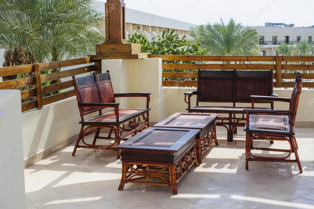 Sillones de mimbre al aire libre muebles y mesa en terraza for Muebles para terraza al aire libre