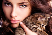 Young beauty with kitten — Stock Photo