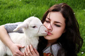Fille et agneau — Photo