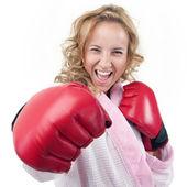 Eine hausfrau mit boxhandschuhen — Stockfoto