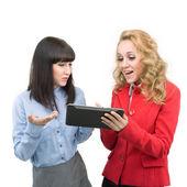 Två unga flickor diskuterar ny teknik — Stockfoto