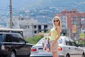 Attrayante femme essaie d'attraper le taxi, en plein air — Photo