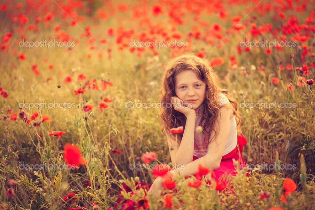 Девушка и маковое поле фото