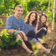 Family in the striped shirt in the vineyard — Stockfoto