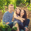 Family in the striped shirt in the vineyard — 图库照片