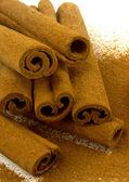 Cannella a terra su bastoncini di cannella — Foto Stock