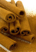 Uzemněné skořice na tyčinky skořice — Stock fotografie