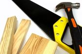 Travail avec planches, scie égoïne et le marteau — Photo