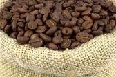 Grãos de café torrados e saco de linho — Foto Stock