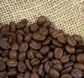 Grãos de café em estopa de linho — Fotografia Stock
