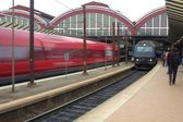 Gare, train de banlieue de haute vitesse et passagers — Photo