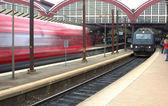 железнодорожная станция, высокая скорость электрички и пассажиров — Стоковое фото