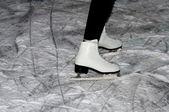 Skatista de mulher no gelo — Foto Stock