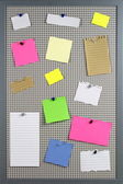 Various note papers on cork board — Foto de Stock