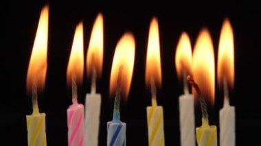 Birthday kaarsen branden. — Stockvideo