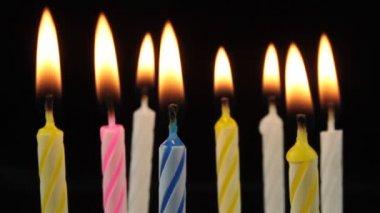 Brinnande födelsedag ljus. — Stockvideo