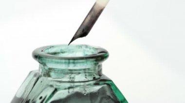 Ruční psaní s brk a starý kalamář skla — Stock video