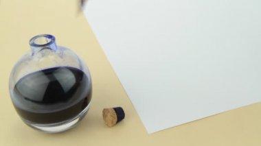 Botella de tinta pluma pluma y vidrio. — Vídeo de Stock
