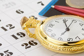Inkt pen en munt geld op kalender — Stockfoto